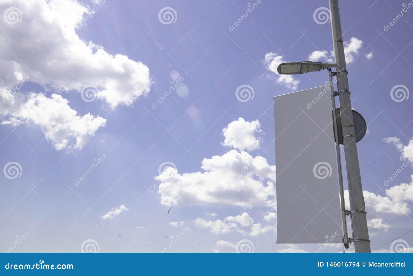 Affischtavlor parkerar in och det fria