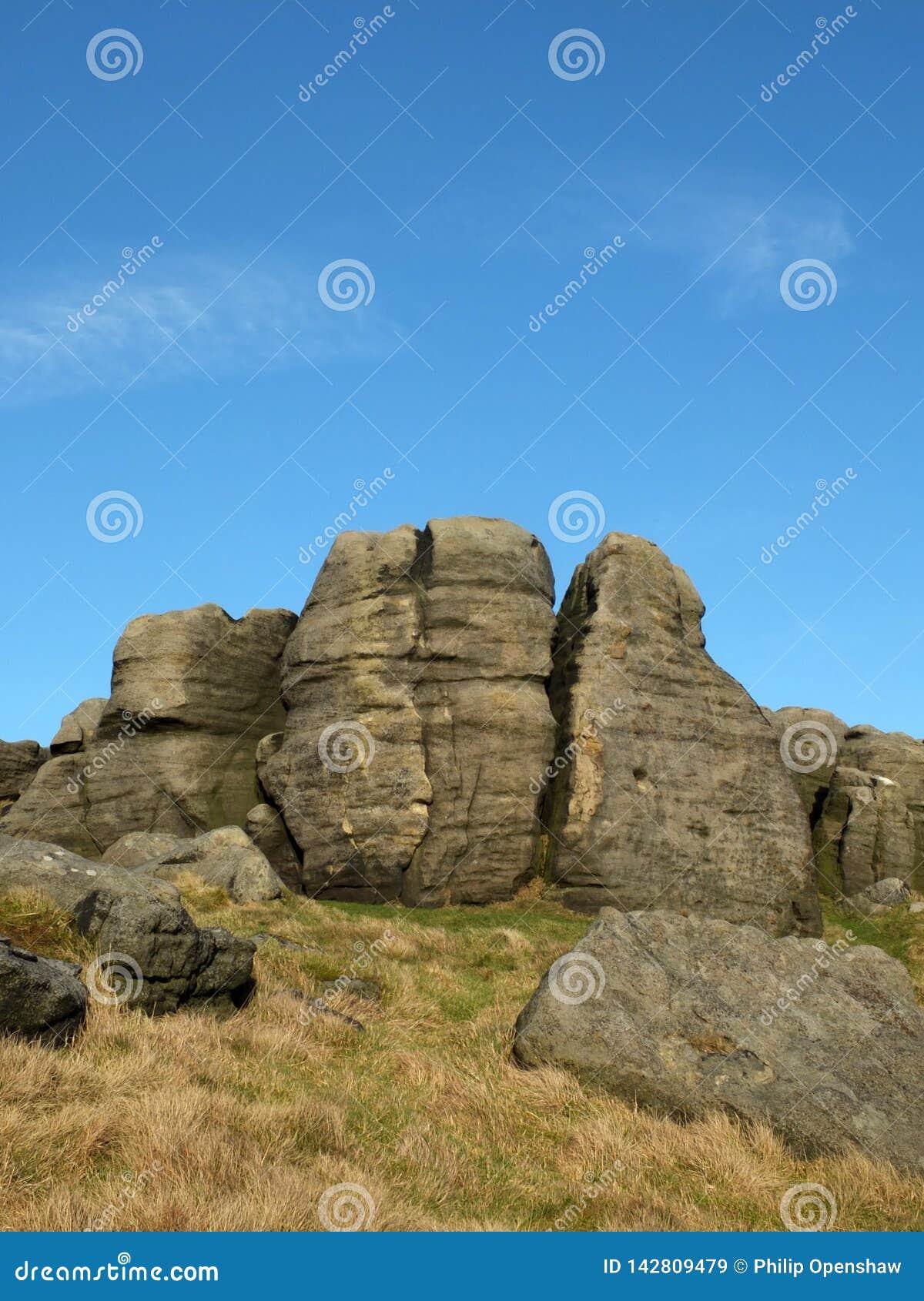 Affleurements rocailleux sur les bridestones qu un groupe de formations de roche de gritstone dans le paysage de West Yorkshire p