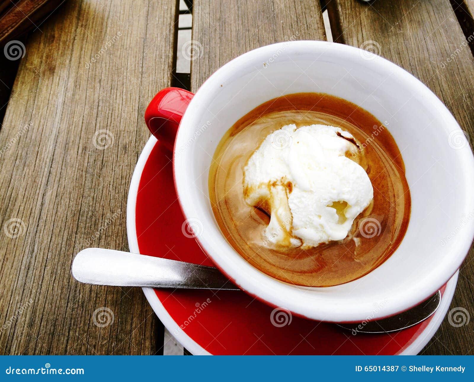 Affogato (горячий кофе эспрессо политый над мороженым), который служат в красных чашке и поддоннике