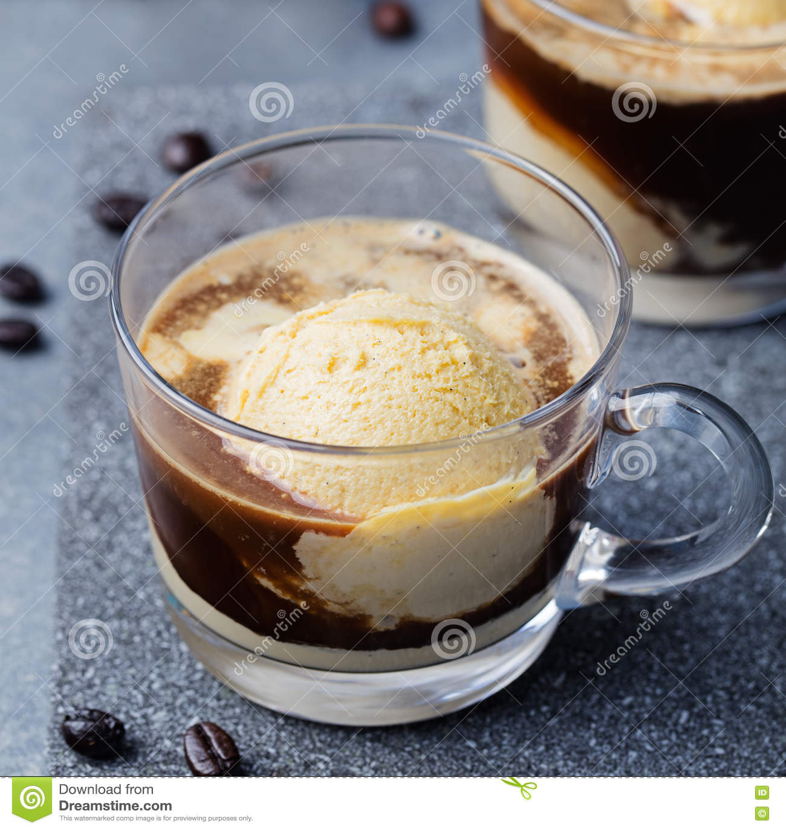 Affogato kaffe med glass på en glass koppgrå färg kritiserar bakgrund