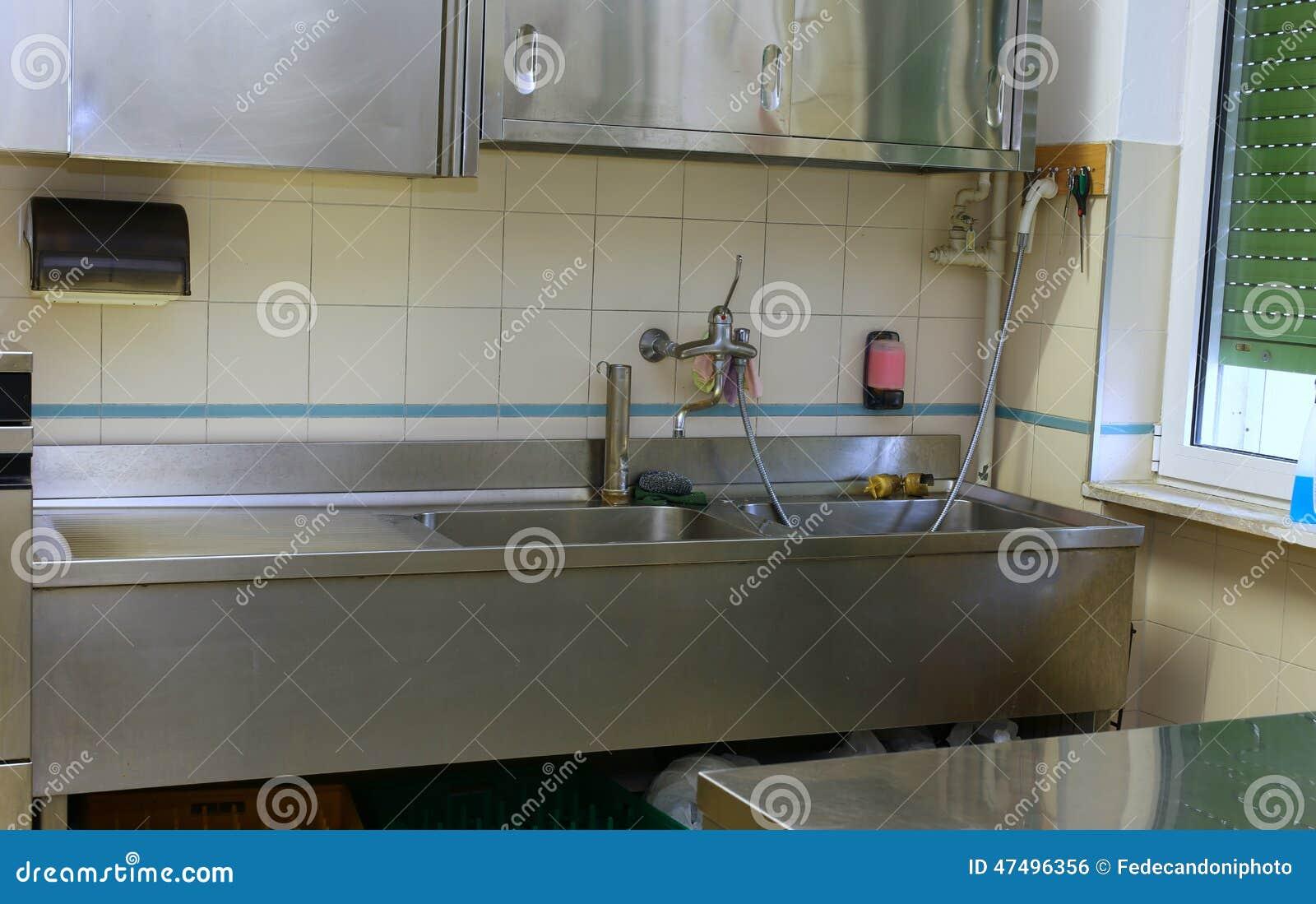 Affondi ed il banco da lavoro in una cucina industriale - Banco da lavoro cucina ...
