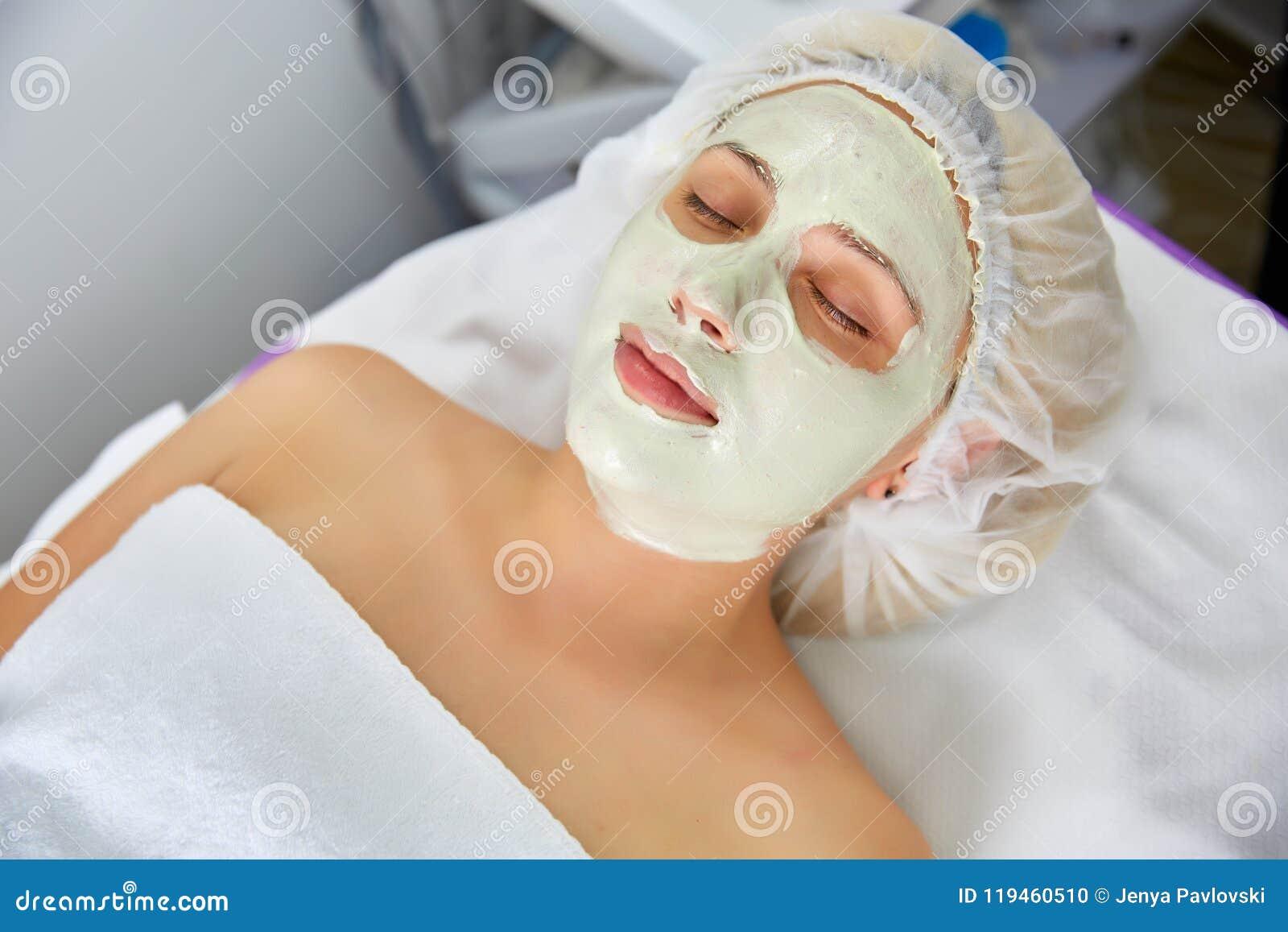 Affronti la maschera della sbucciatura, il trattamento di bellezza della stazione termale, skincare Donna che ottiene cura faccia