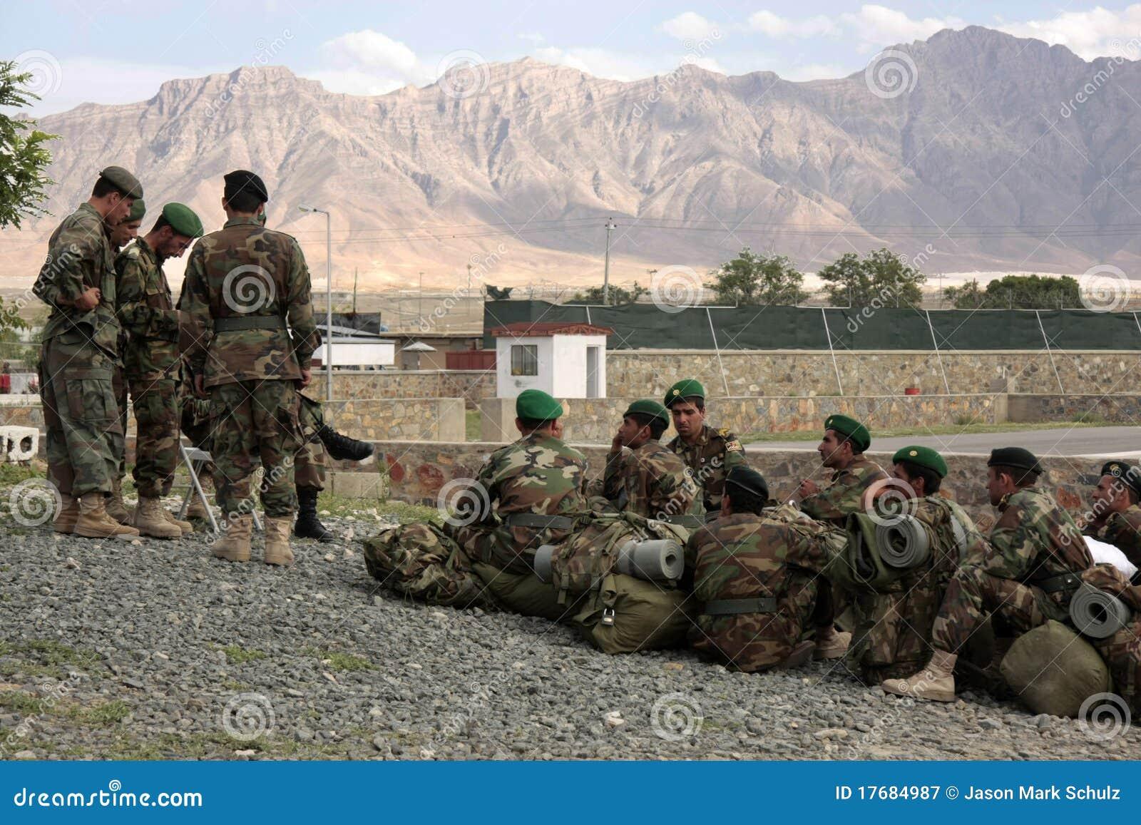 Afgański przydziału instrukcj rekrutów czekanie