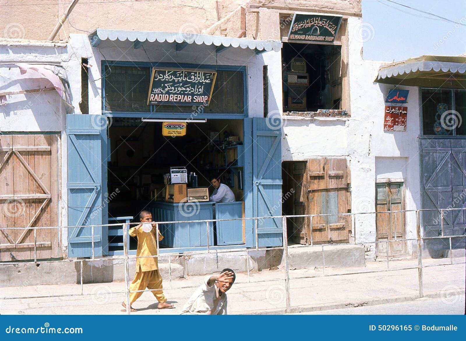1975 afghanistan Een radio-reparatiewinkel in Kandahar