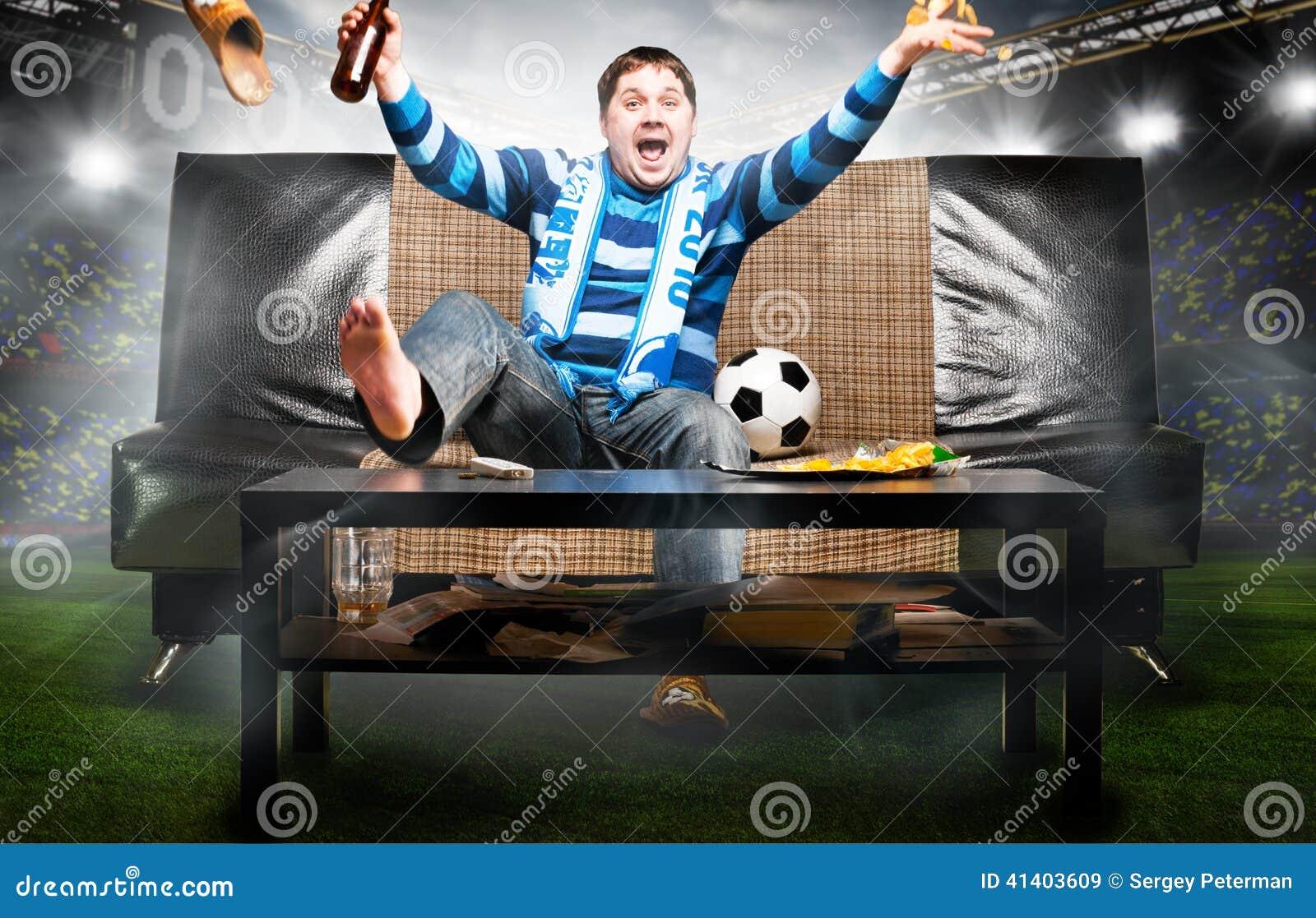 Aficionado al fútbol en el sofá