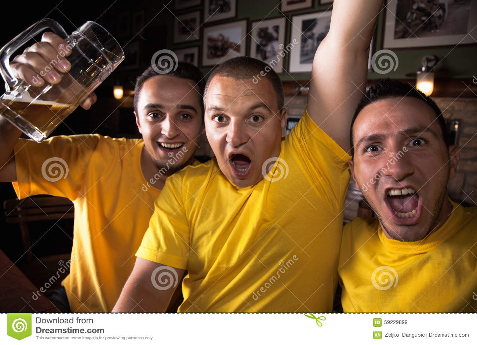 Download Aficionados Deportivos En Pub Imagen de archivo - Imagen de grupo, cerveza: 59229899