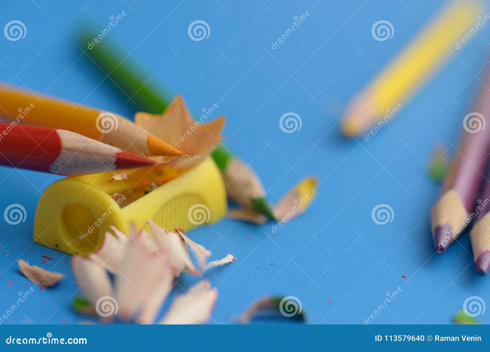 Afile los lápices coloreados con sacapuntas
