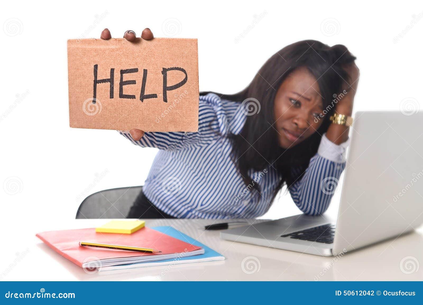 A afiliação étnica americana do africano negro frustrou a mulher que trabalha no esforço no escritório