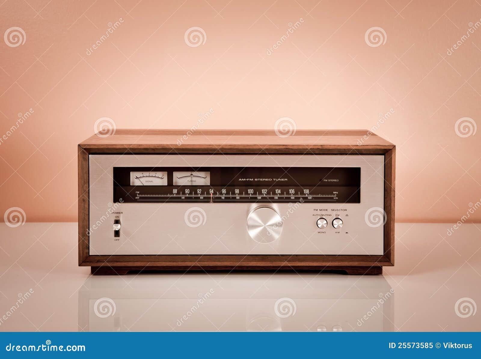 Afinador estereofónico do vintage no gabinete de madeira