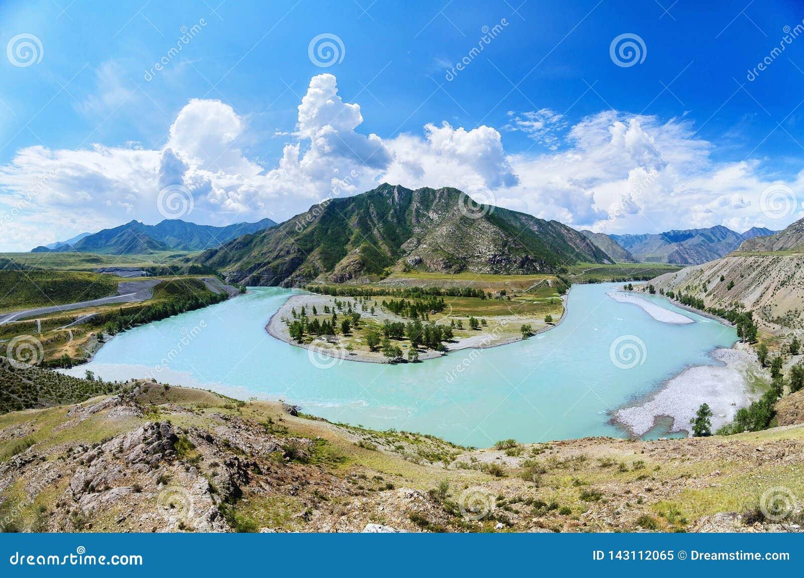 Afluência dos rios de Katun e de Chuya que formam uma ferradura, república de Altai