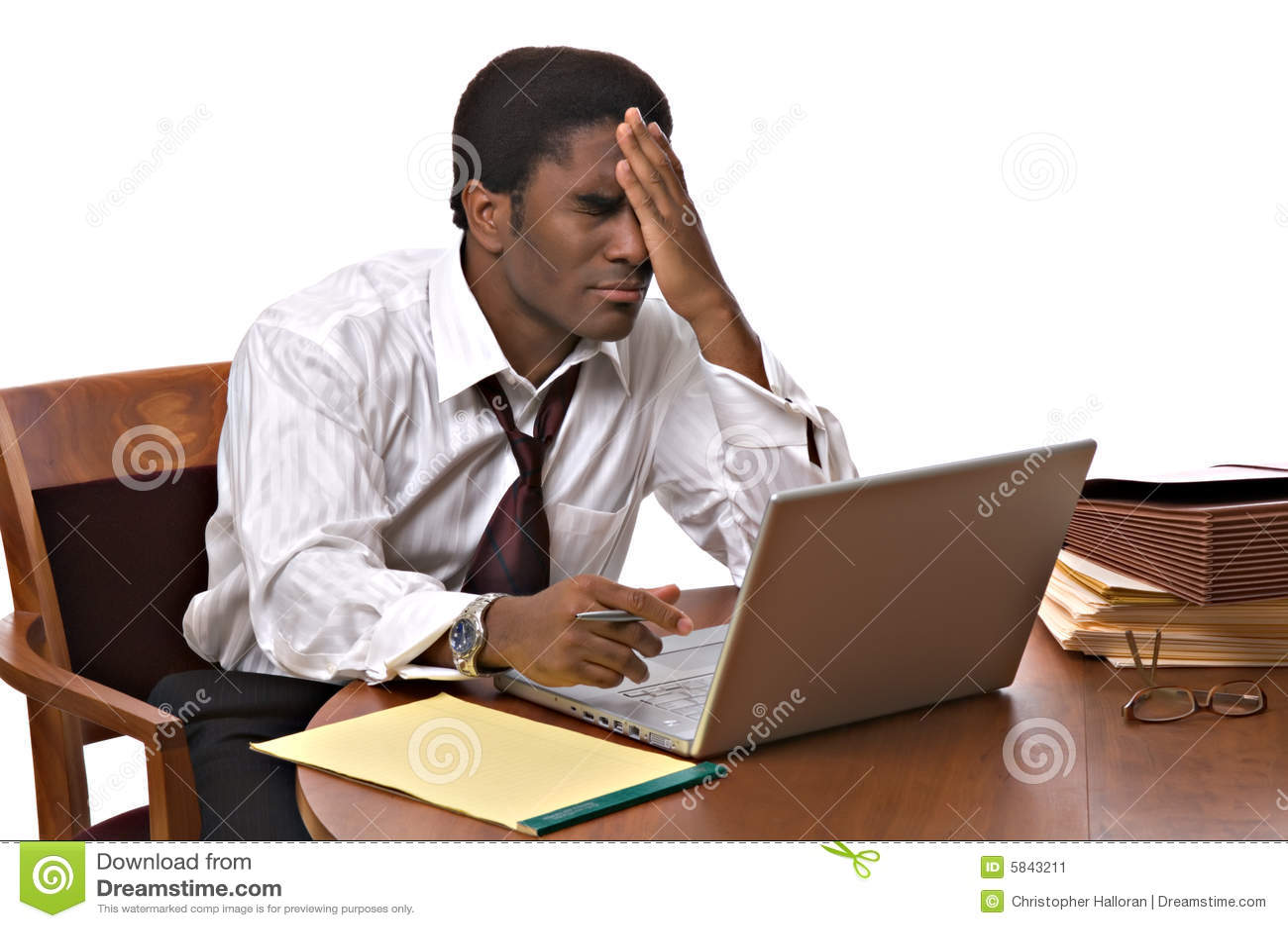 African-Americangeschäftsmann, der an Laptop arbeitet