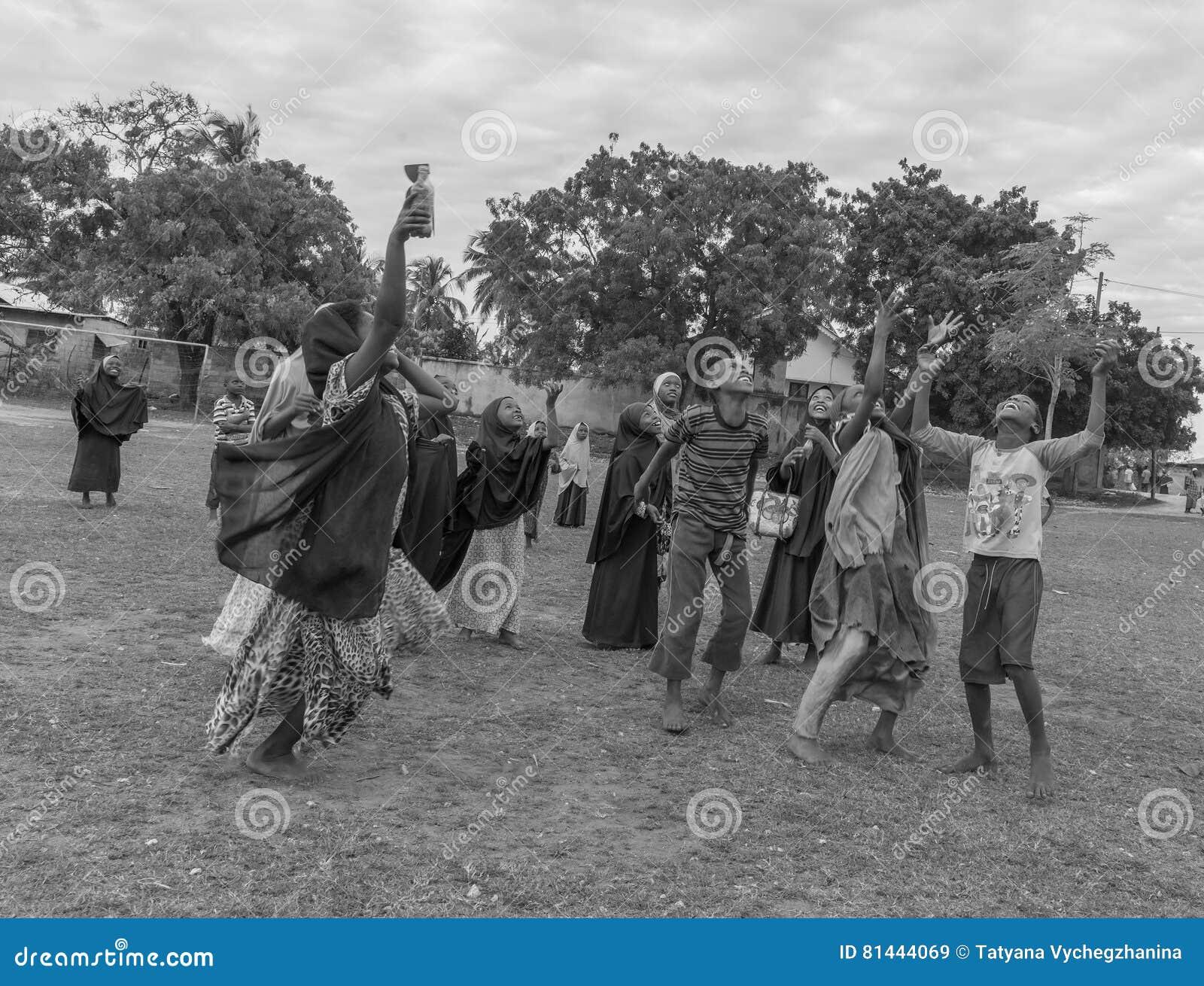 Africano Che Gioca I Bambini Con Le Mani Su Immagine Stock