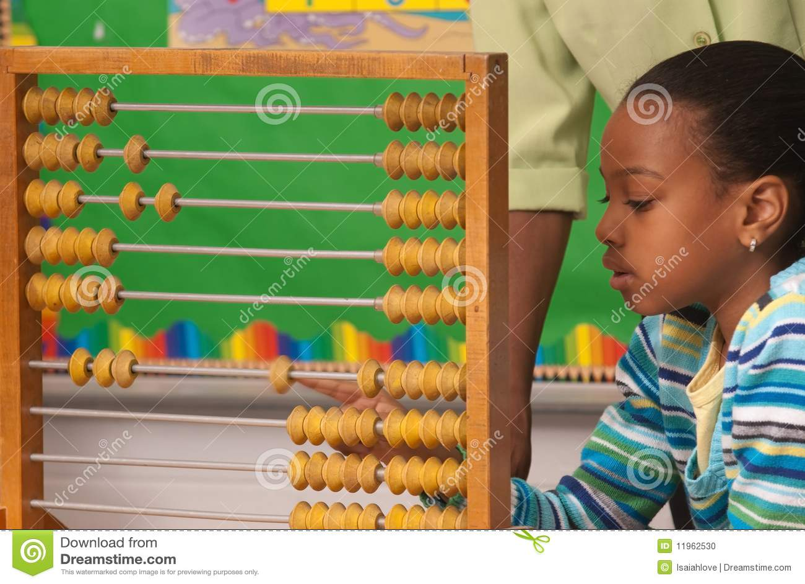 Afrikaans-Amerikaans kind dat een telraam met behulp van