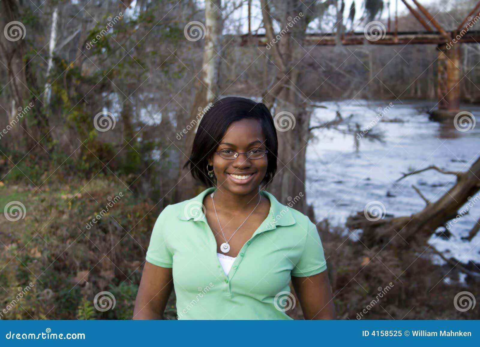 Afrikaans Amerikaans meisje voor rivier