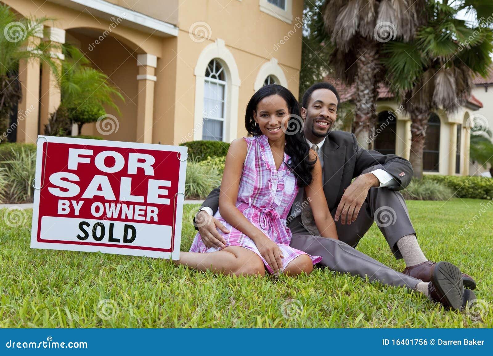 Afrikaans Amerikaans Paar & Huis voor Verkoop Verkocht Teken