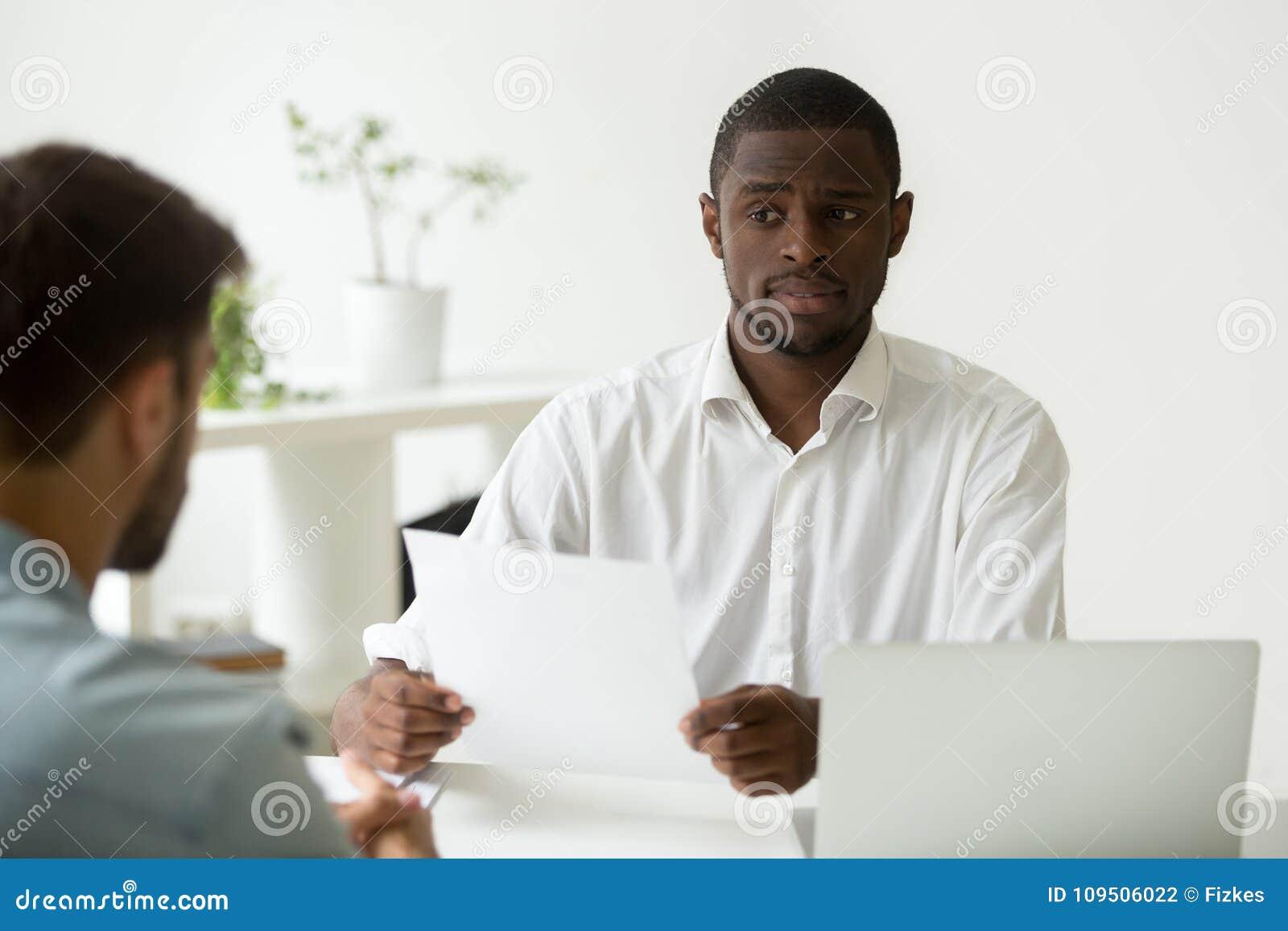 Afrikaans-Amerikaanse u-manager die twijfelachtige sceptisch over hir kijken