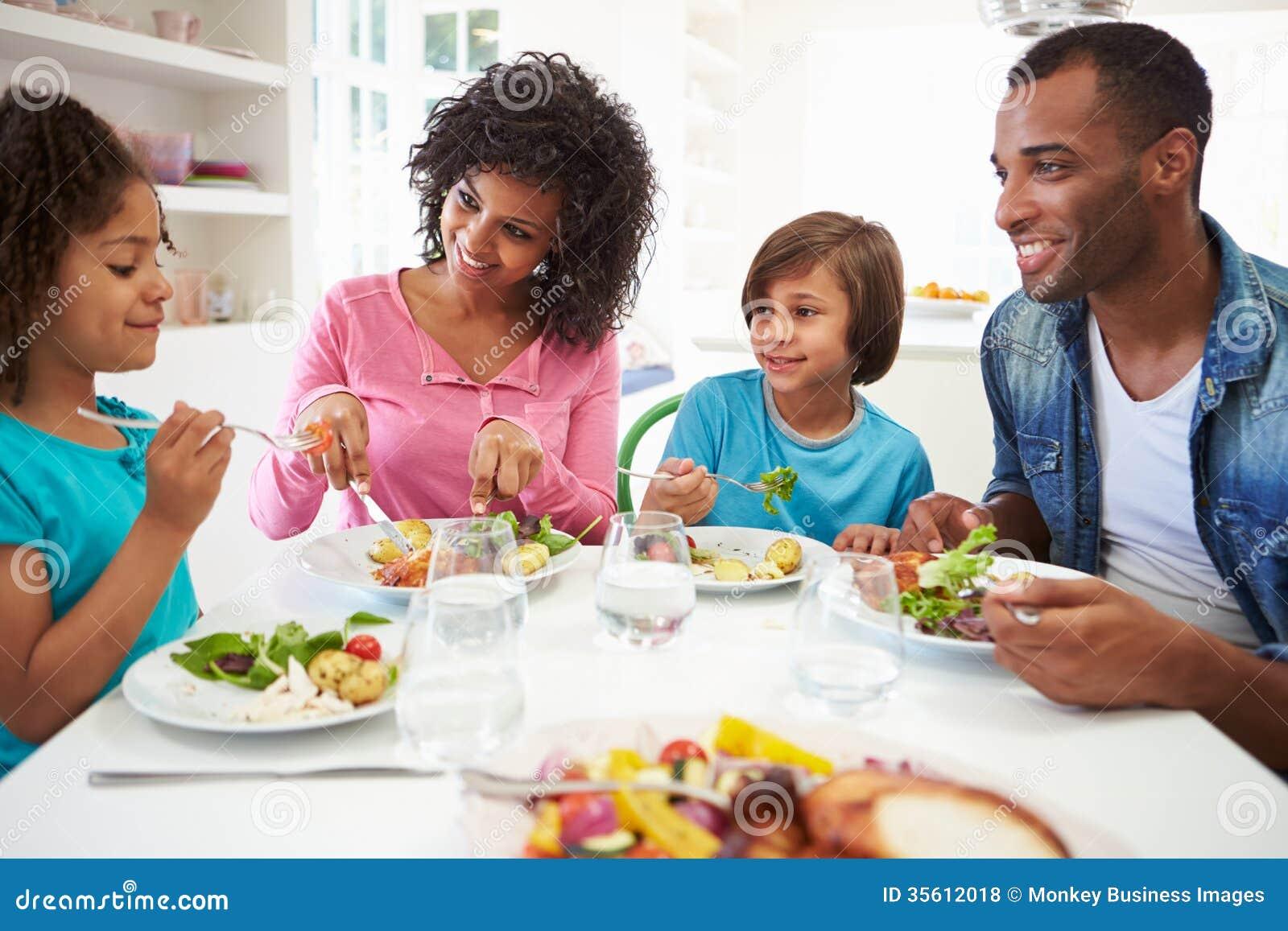 Afrikaanse Amerikaanse Familie die Maaltijd thuis samen eet