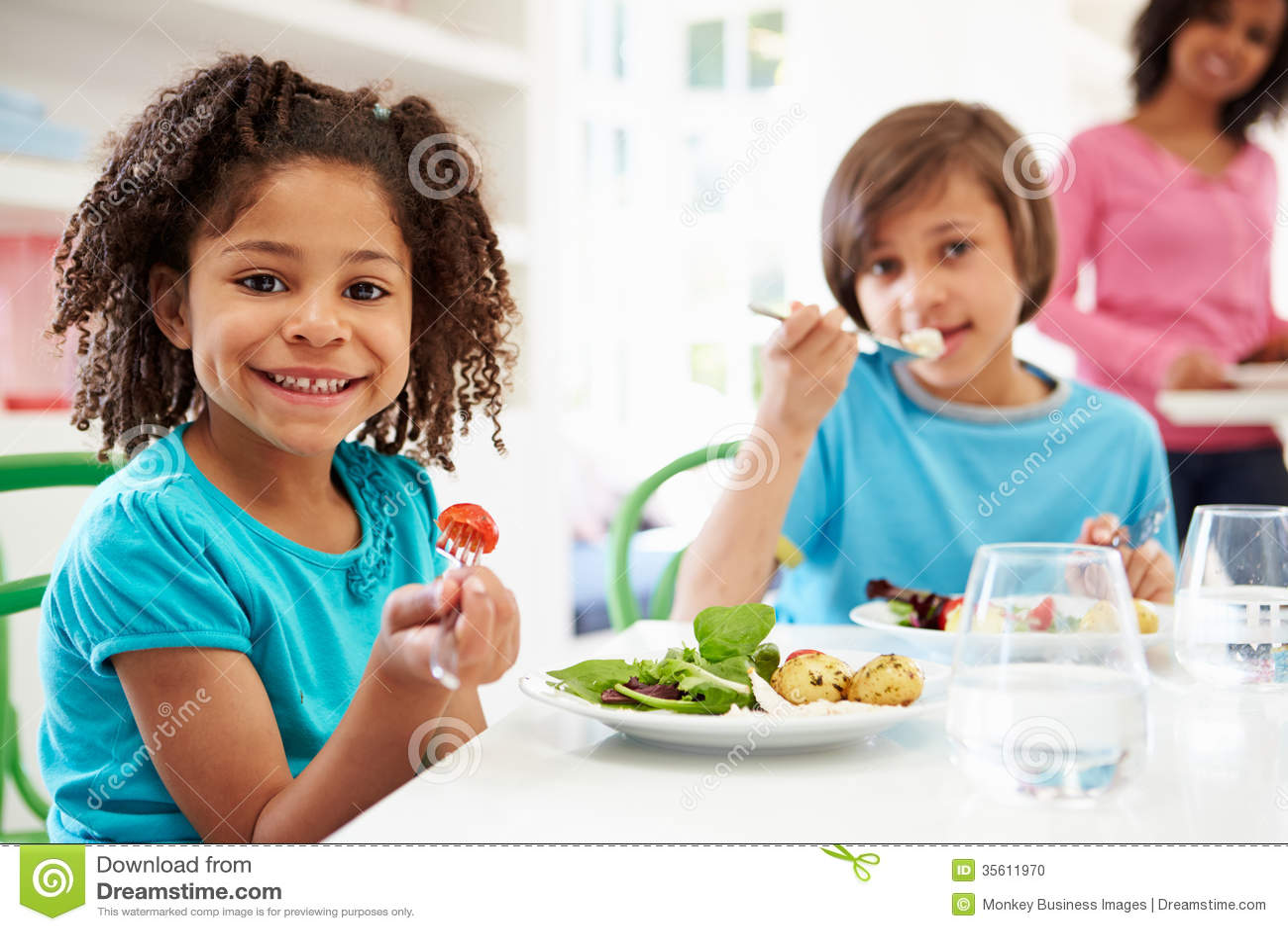 Afrikaanse Amerikaanse Familie die Maaltijd thuis samen eten
