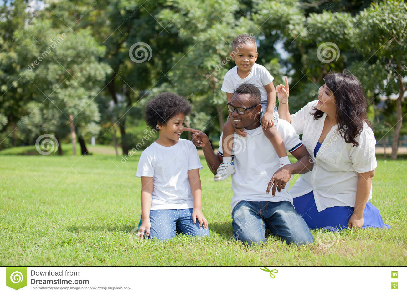 Afrikaanse Amerikaanse familie opzij met Aziatische mum die speelse a zijn