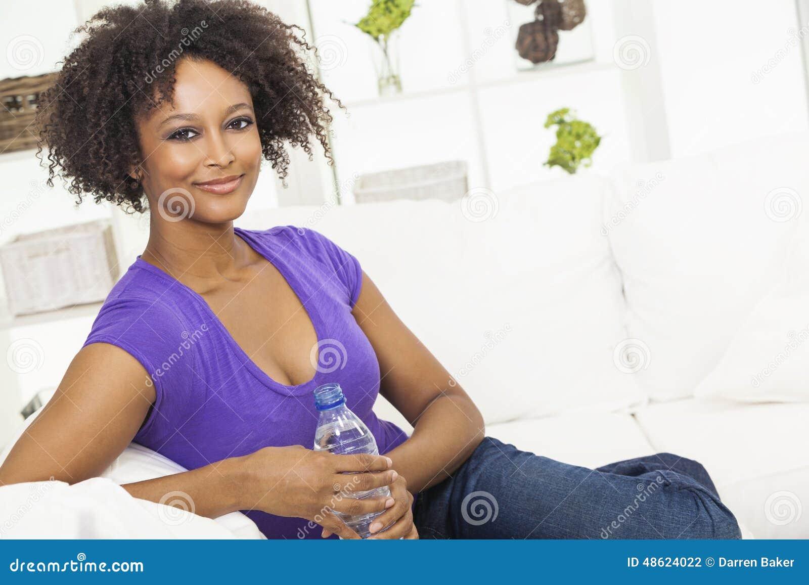 Afrikaanse Amerikaanse het Drinken van de Vrouw Fles Water