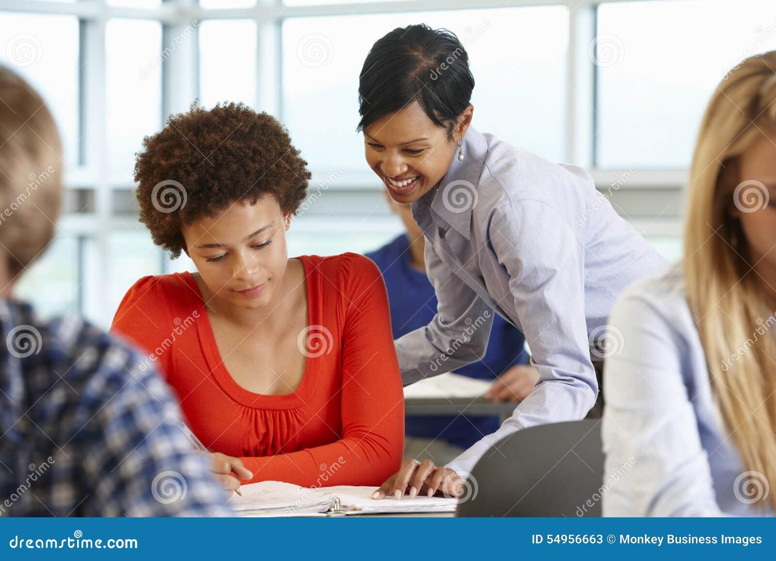 Afrikaanse Amerikaanse leraar die student in klasse helpen