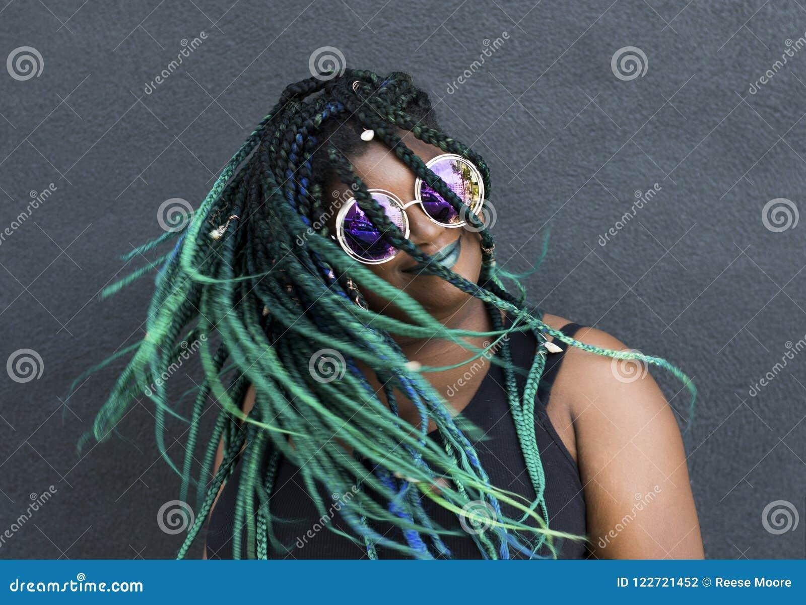 Afrikaanse Amerikaanse Vrouw met Mooi Teal Green Blue Braids