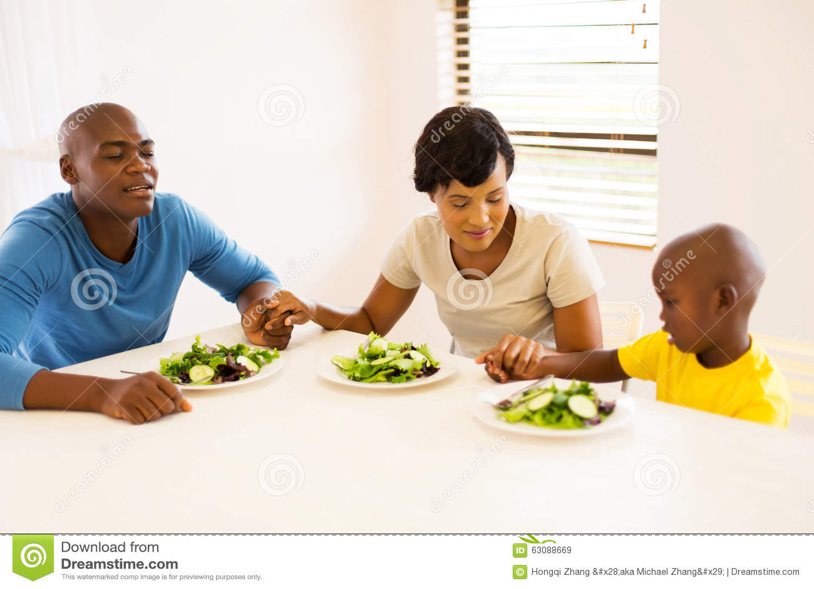 Afrikaanse familie het bidden maaltijd