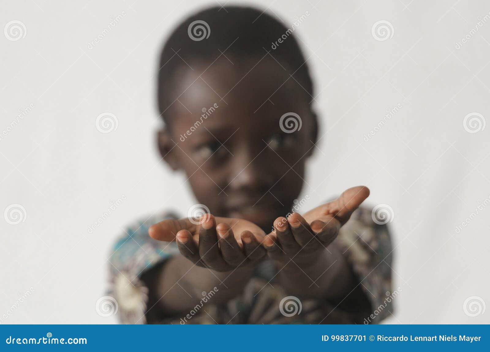 Afrikaanse jongen die zijn die handen houden als concept open, op whi wordt geïsoleerd