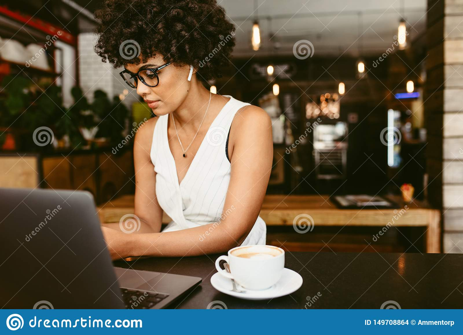 Afrikanerin am Café