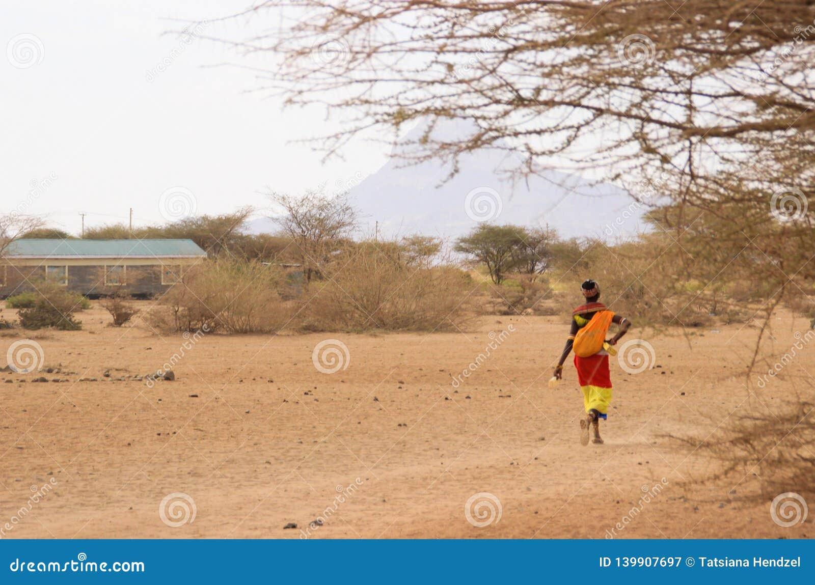 Afrikanerin vom Samburu-Stamm bezogen auf dem Masaistamm in den nationalen Kostümwegen auf Savanne