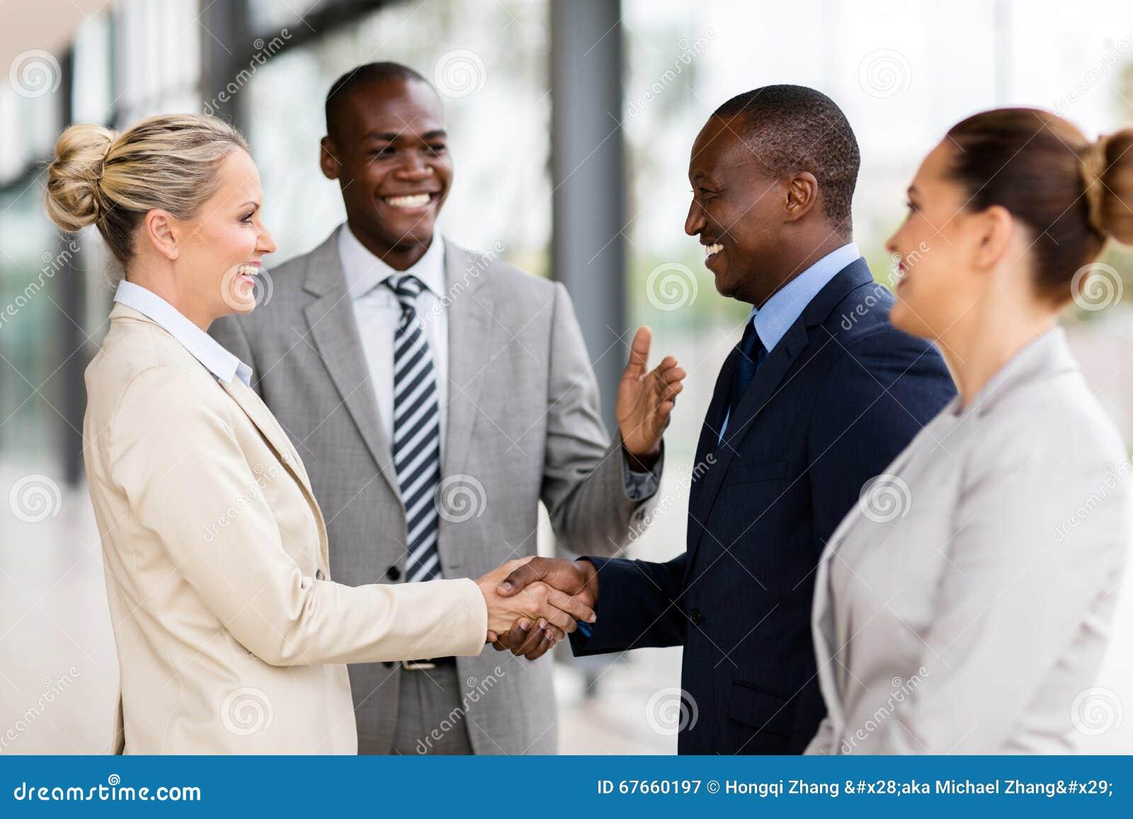 Afrikanischer Mann, der Geschäftsfrau vorstellt