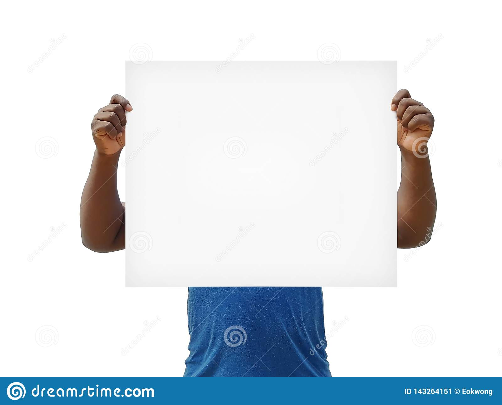 Afrikanischer Mann, der Zeichen des freien Raumes über seinem Gesicht auf einem weißen Hintergrund hält