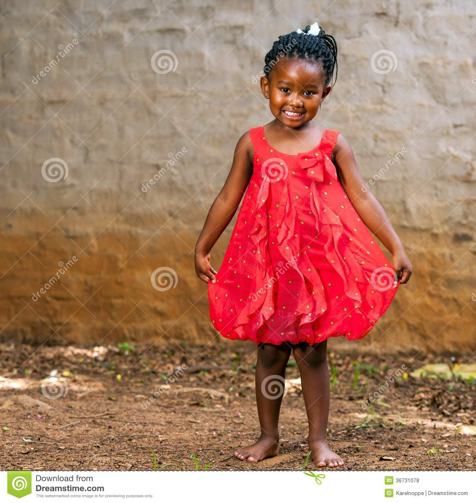 afrikanisches m dchen das rotes kleid zeigt lizenzfreie. Black Bedroom Furniture Sets. Home Design Ideas