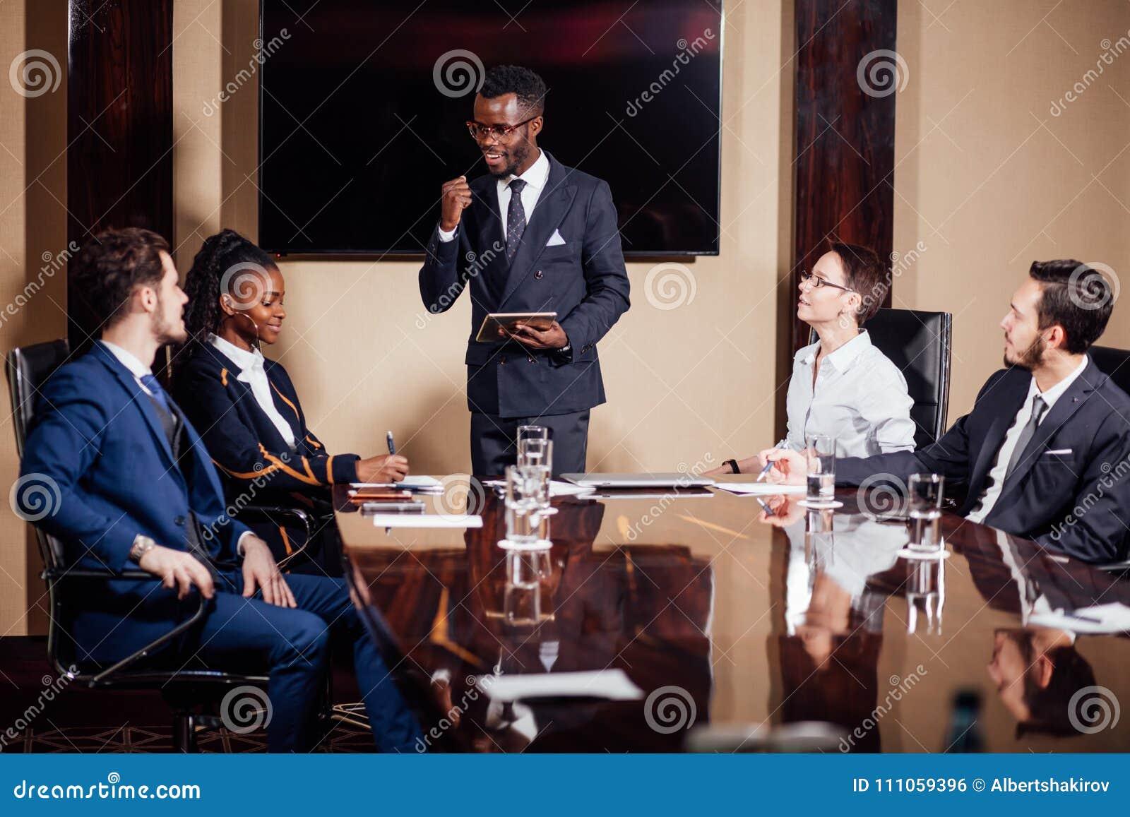 Afrikansk amerikanaffärsman som ger presentation till bundsförvanter