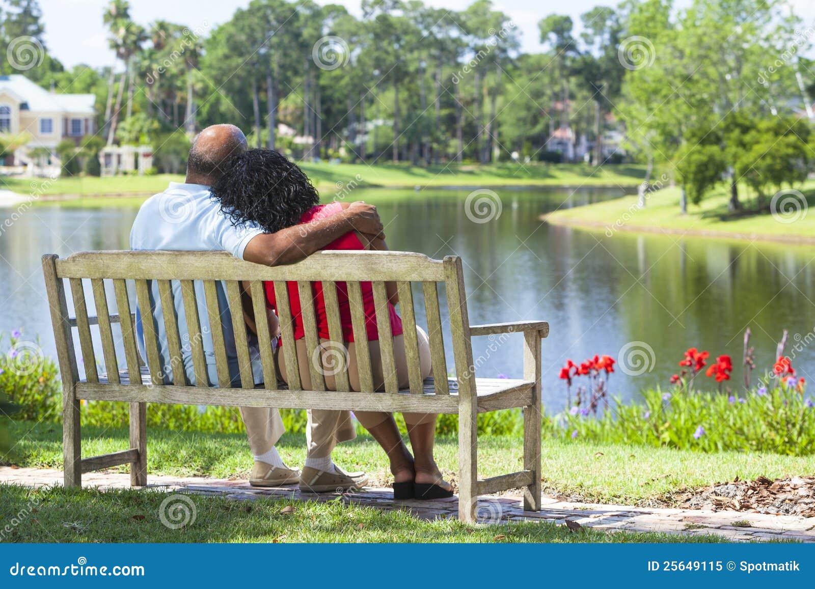 Afrikansk amerikanbänkpar parkerar pensionären