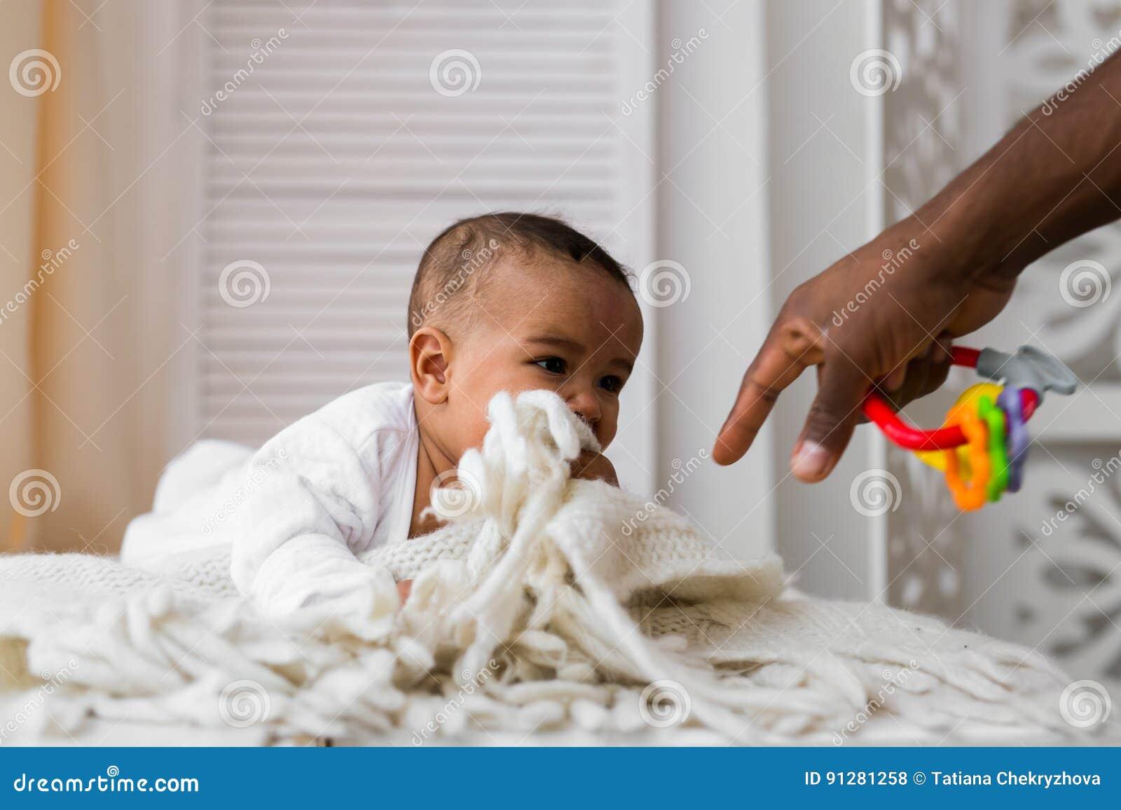 Afrikansk amerikanfaderPlaying With behandla som ett barn det blandade loppet sonen