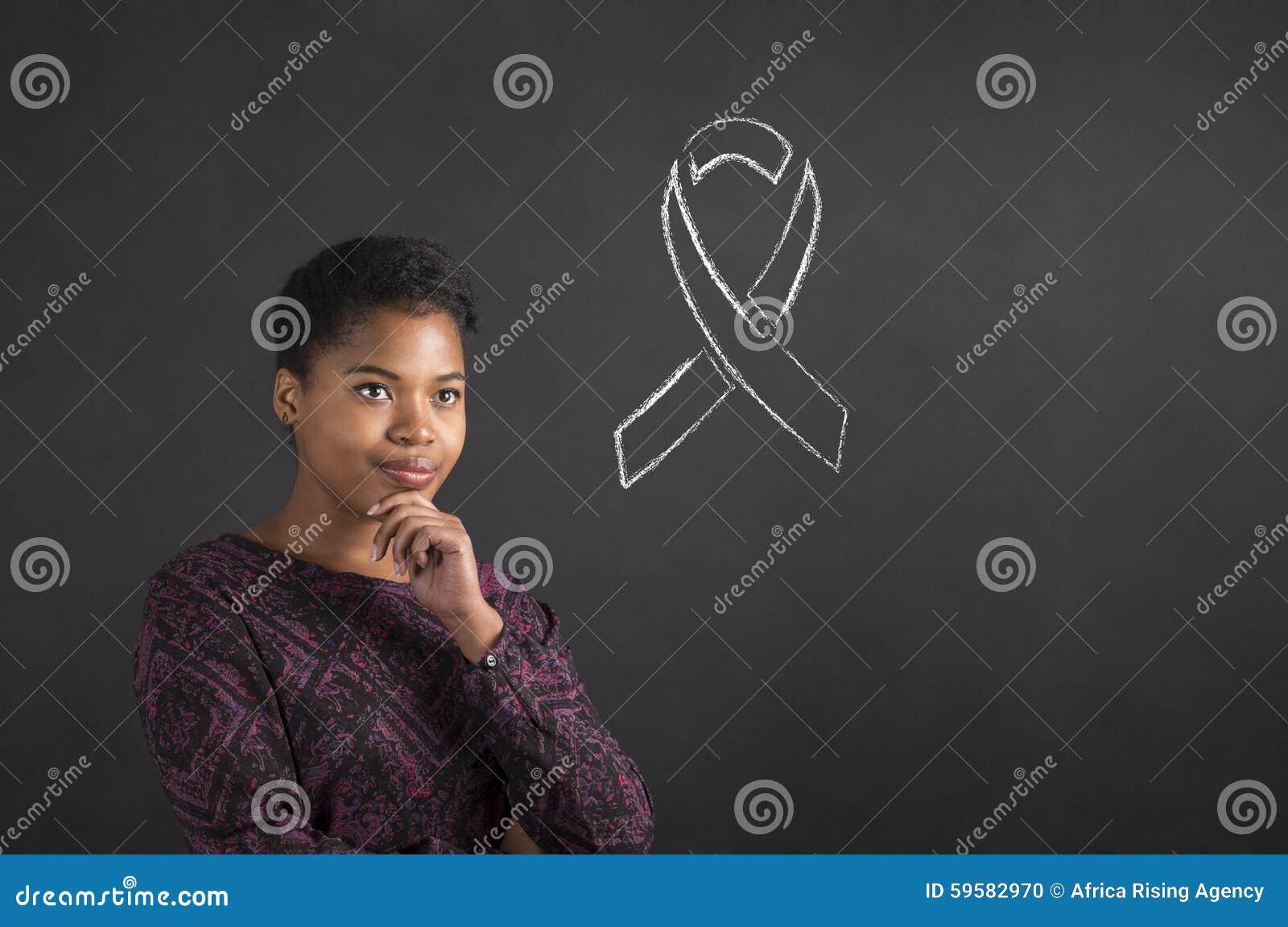 Afrikansk amerikankvinna med handen på hakan som tänker om sjukdommedvetenhet på svart tavlabakgrund