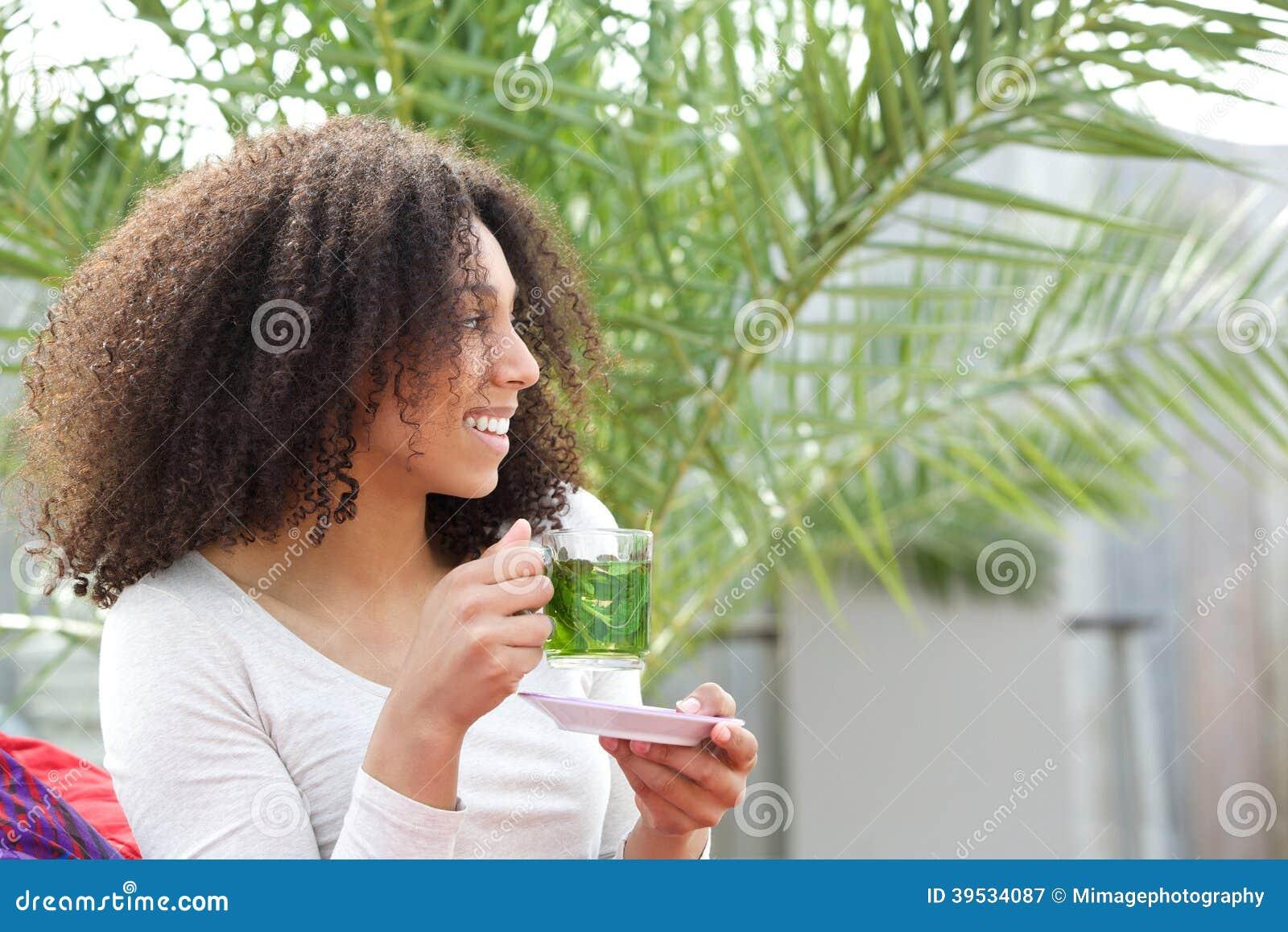 Afrikansk amerikankvinna som dricker te