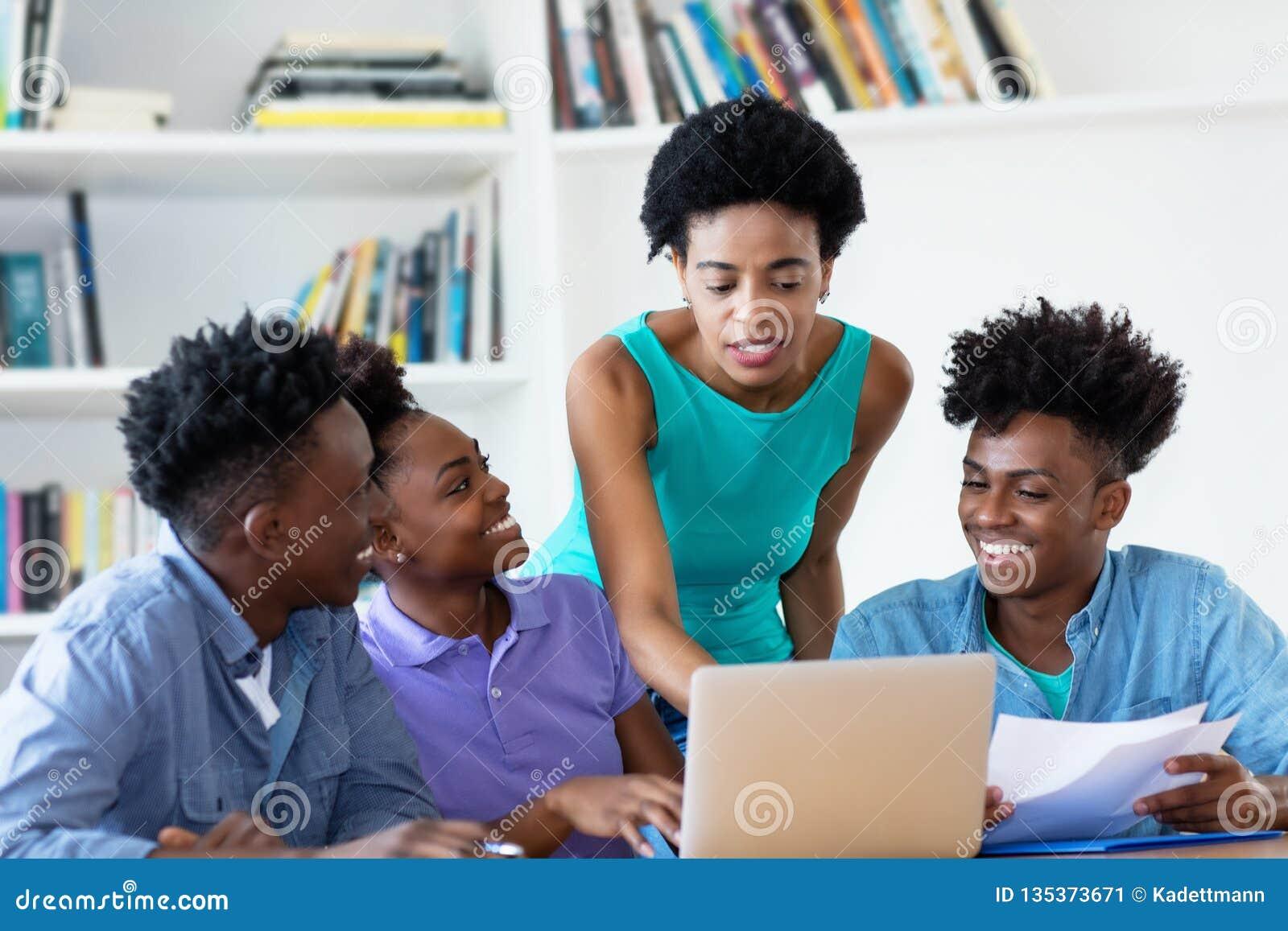 Afrikansk amerikanlärarinna med studenter