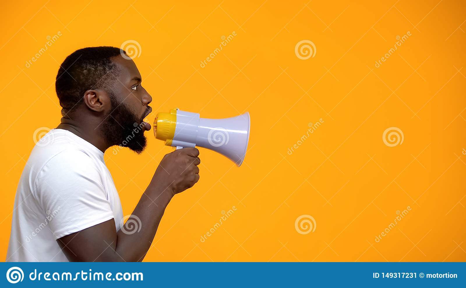 Afrikansk amerikanman som anv?nder megafonen f?r protest som kallar f?r att ?tg?rda, sidosikt