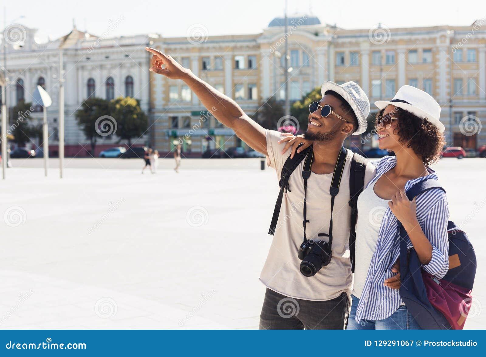 Afrikansk amerikanpar av turistsighten i stad