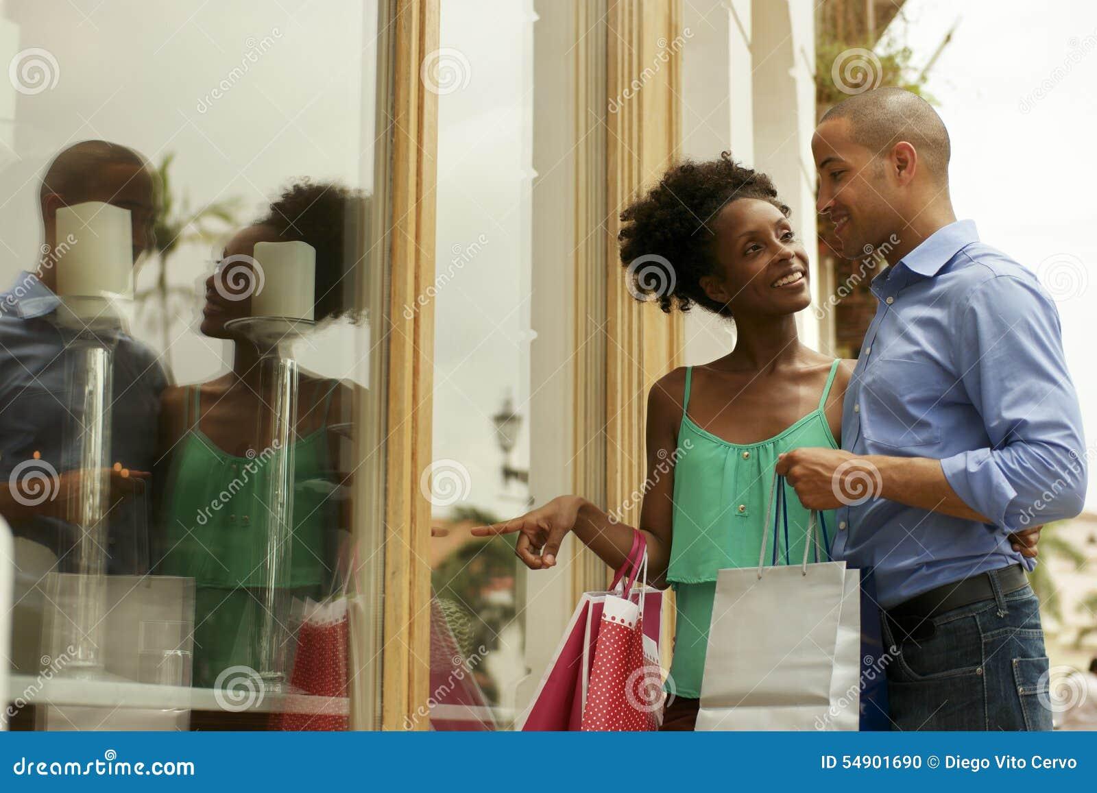 Afrikansk amerikanparblicken shoppar fönstret i Panama City