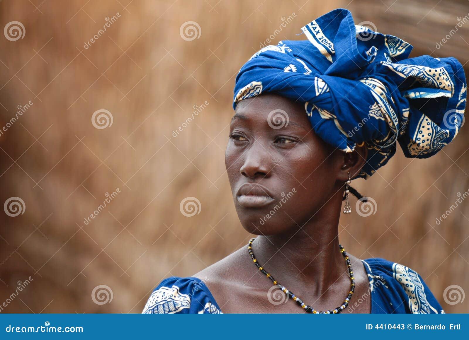 Afrikansk blå klänningkvinna