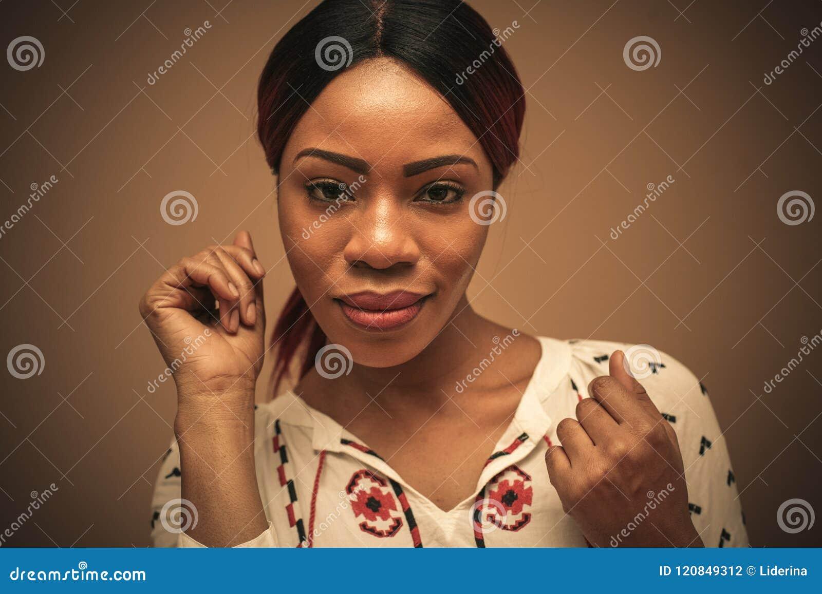 Afrikansk härlig kvinna Stående close upp