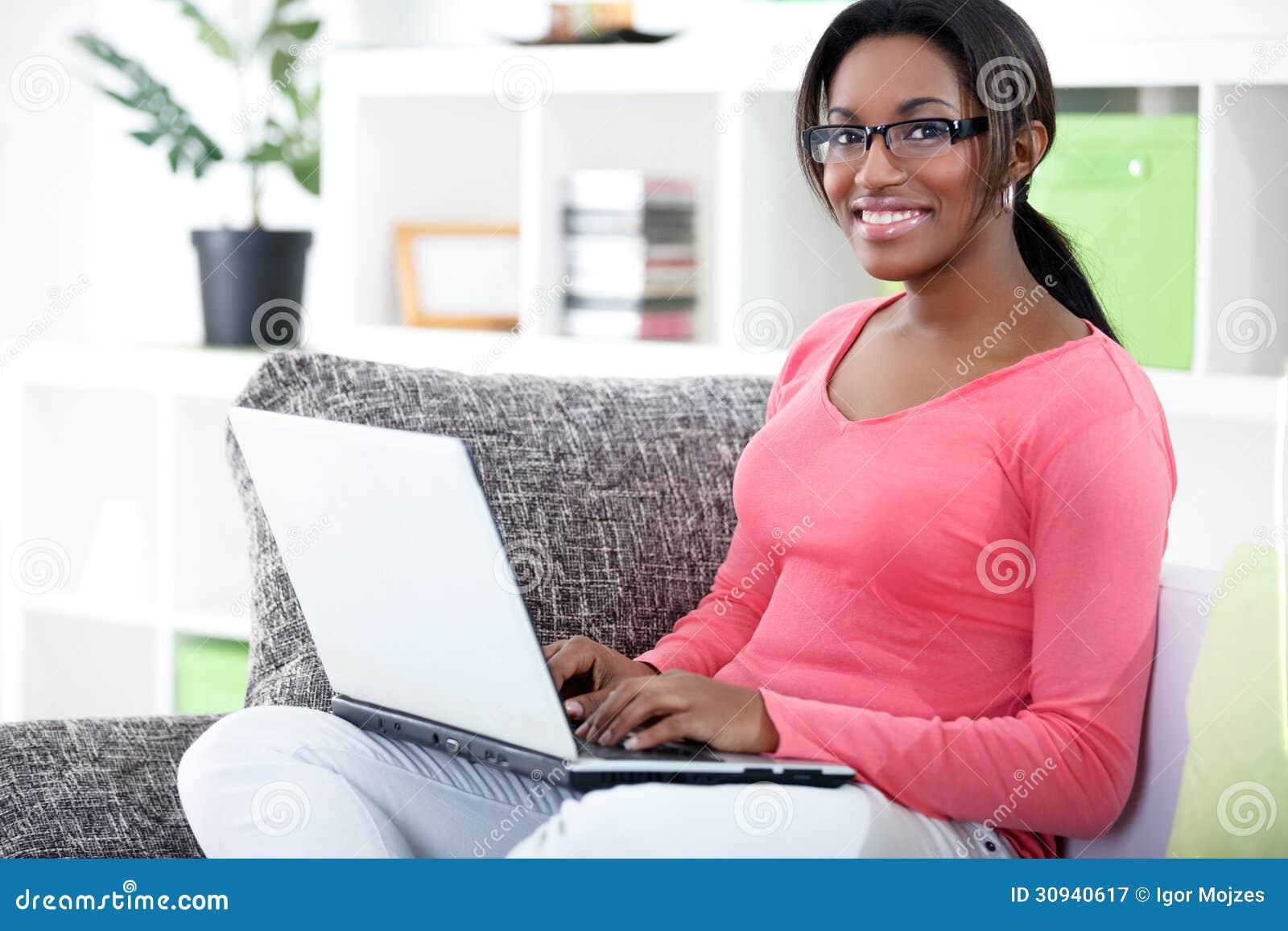 Afrikansk kvinna som använder bärbara datorn