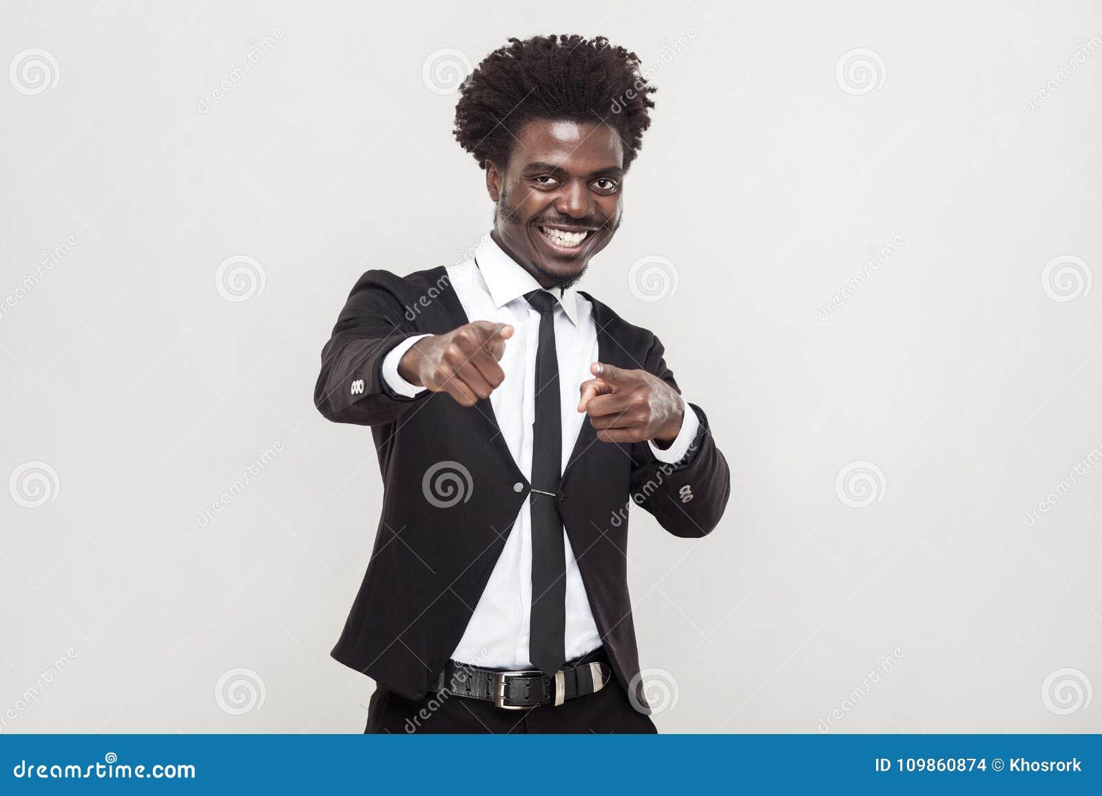 Afrikansk man för lycka som pekar fingrar på kameran
