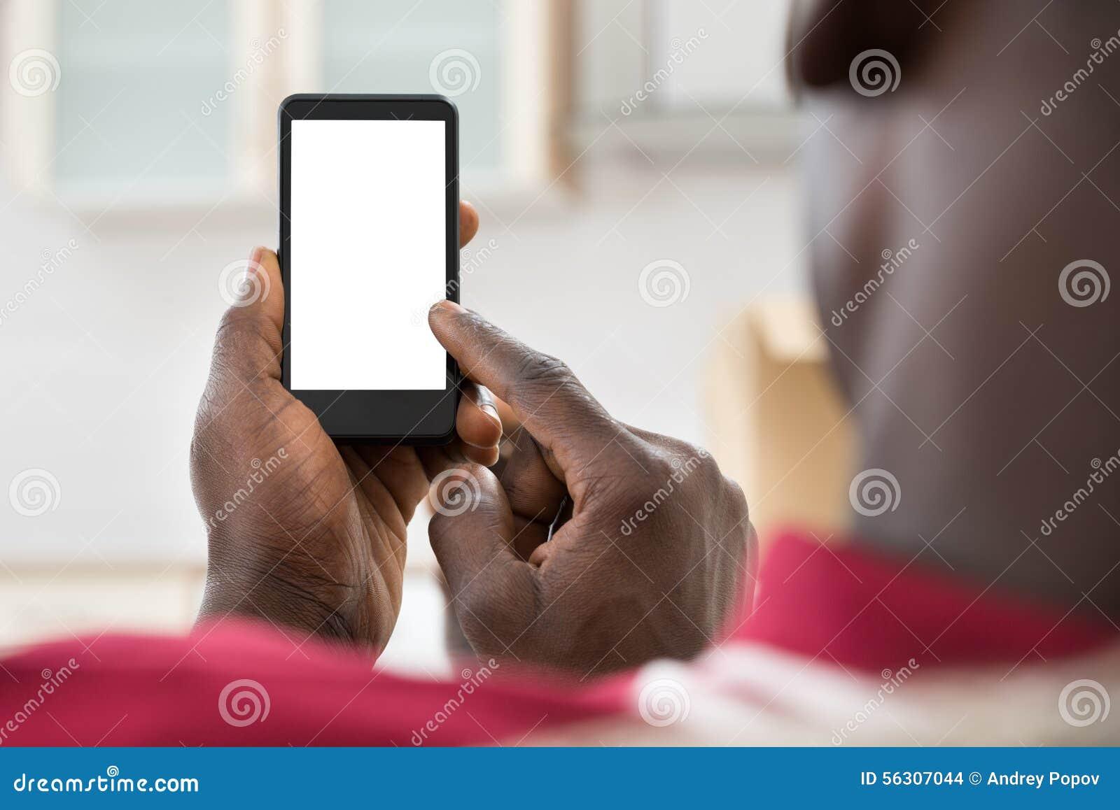 Afrikansk man som använder mobiltelefonen