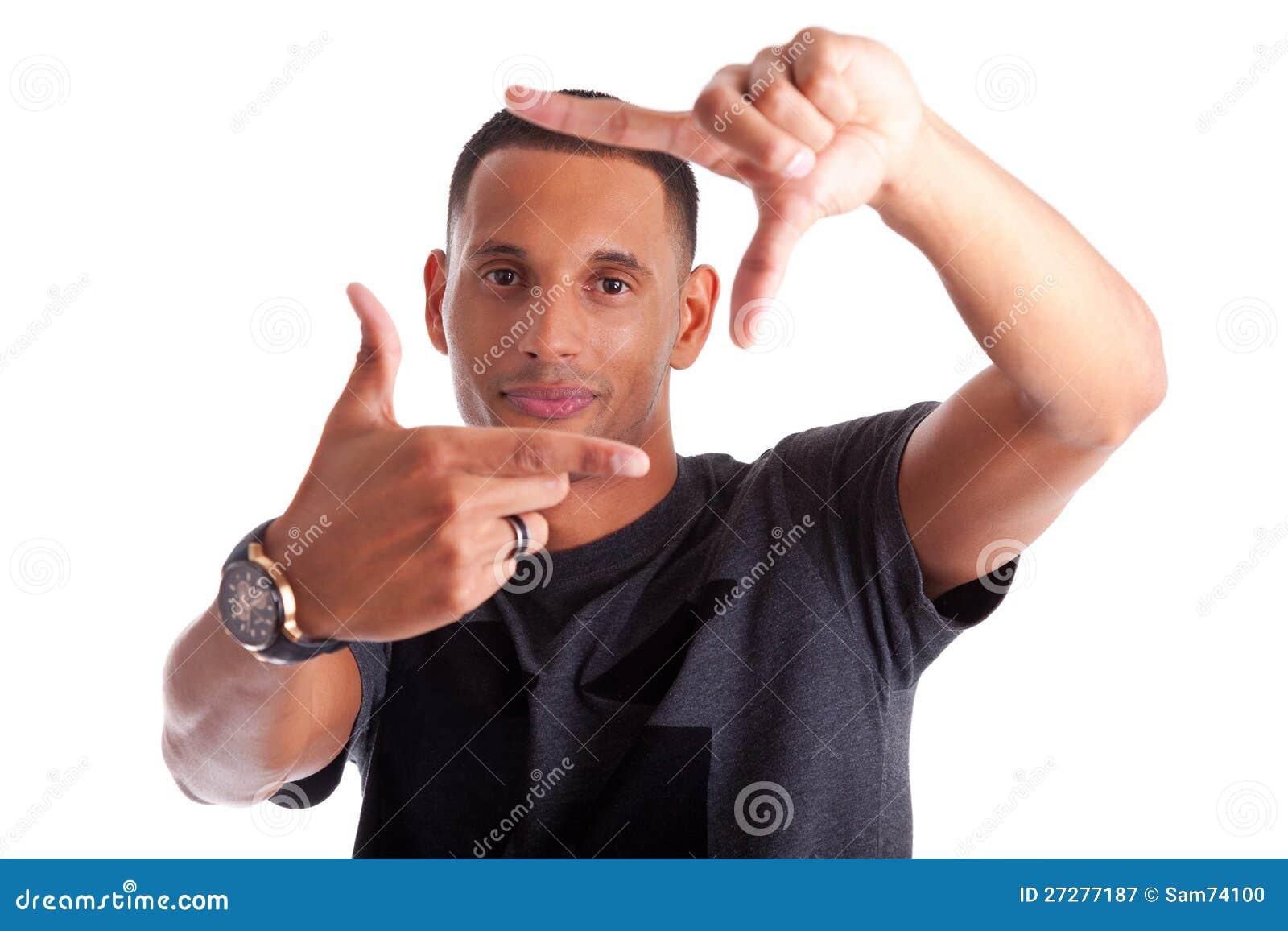 Afrikansk man som gör ramtecknet med hans händer