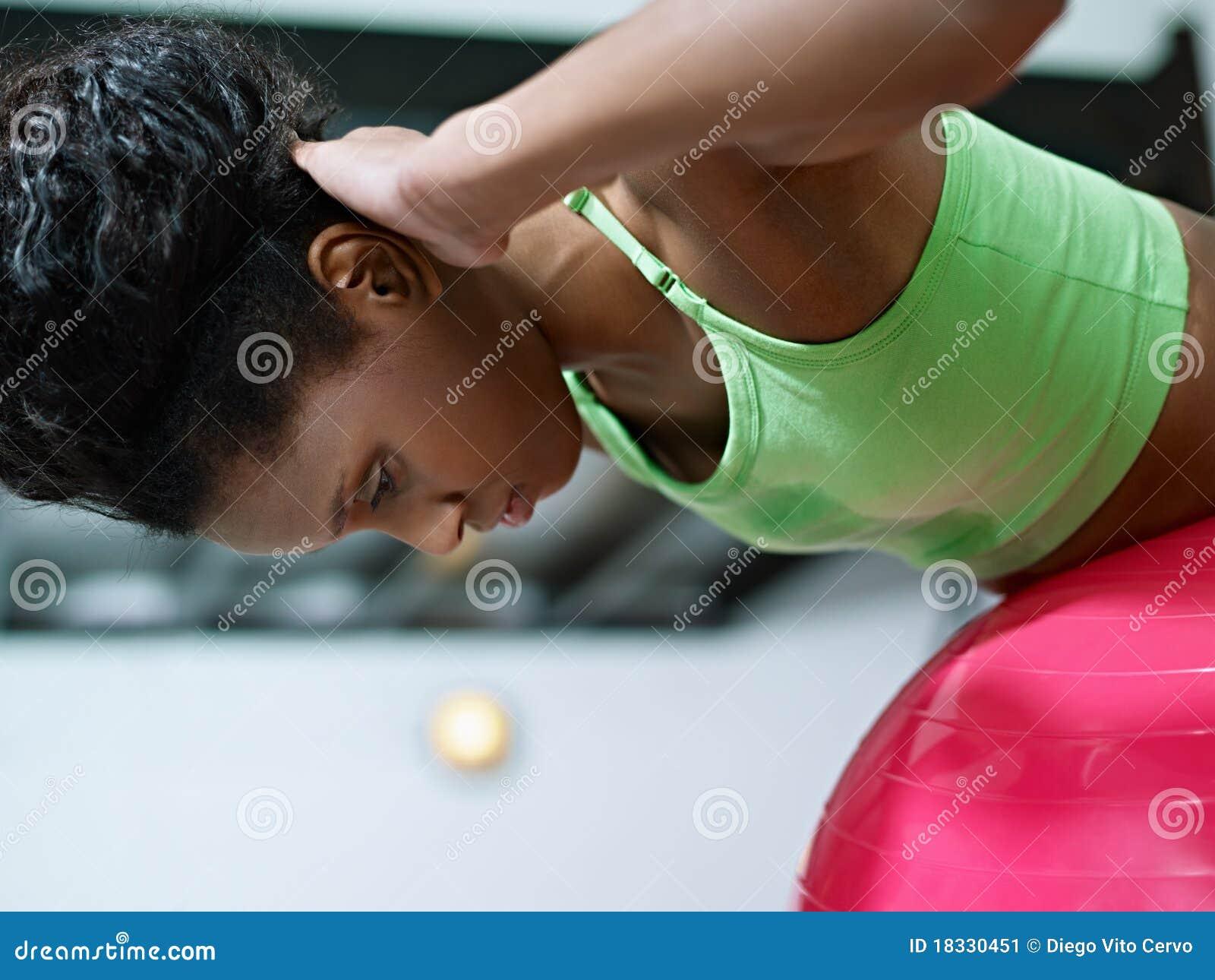Afrikansk working för kvinna för fitballidrottshall ut
