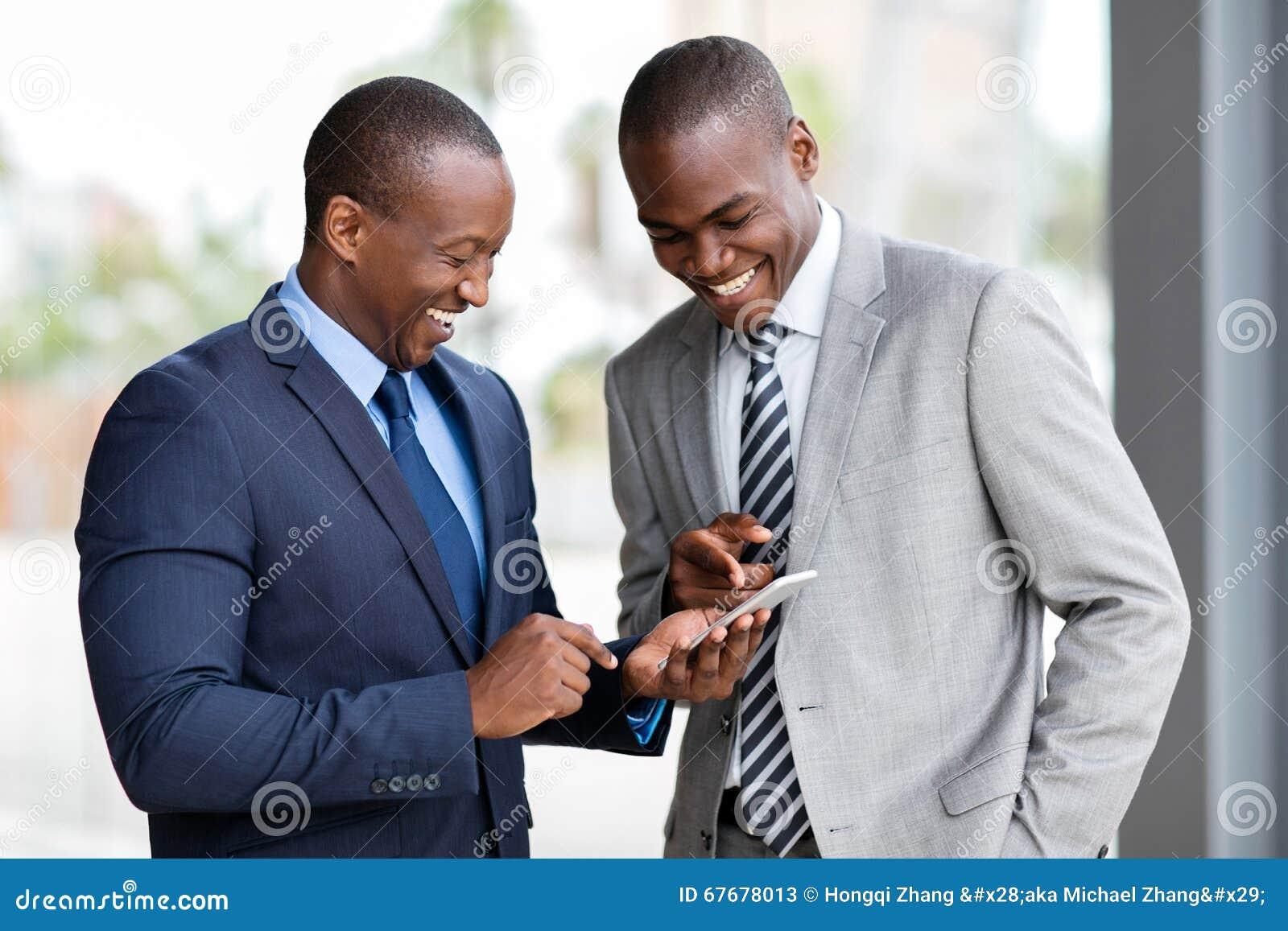Afrikanska affärsmän ilar telefonen